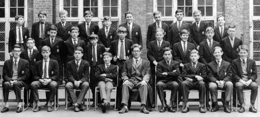 Top (L to R): Bloom, Enticknap, Peck, Mitchell, Petheram, Marks, Kay, Wulwik, Leach, Corré (N) Middle: Whitesman, Bentley, Smith, Jacobs, Walton, Larkin, Deyong, Pithers, Robertson Front: Lea, Hill, Gordon, Pike, Mr Longmore, Cherkof, Parnes, Graham and Walker.